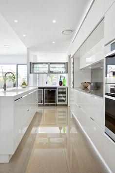 jolie cuisine avec meubles blancs et sol en carrelage beige