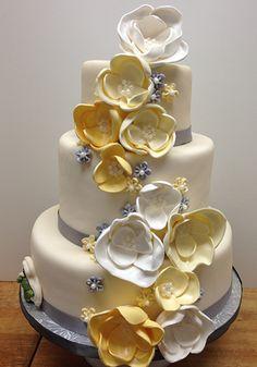 Flores de fondant y azúcar cubren los tres niveles de esta torta de bodas con chocolate adentro. #CentroChefPeru