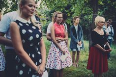 The theme of the wedding was US in the fifties. Therefore, many ladies wore polka and patterned dresses to match the theme,