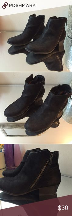 Black Chelsea boots with zippers on the sides Black Chelsea boots with zippers on the sides. Size 38 Chelsea Crew  Shoes Ankle Boots & Booties