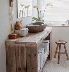 Ambiance naturelle dans la salle de bain avec un plan vasque fabriqué avec des traverses de bois teintées clair