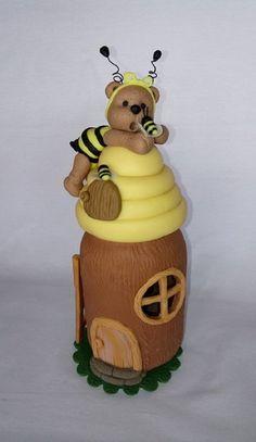 Produto Artesanal.  Pote de plástico decorado em biscuit.  Pote casinha árvore, com colmeia e ursinha vestida de abelha.  Muito fofa.  Pode ser usada como luminária usando uma velinha de led.    Acompanha tag para dedicatória. Polymer Clay Ornaments, Polymer Clay Projects, Polymer Clay Creations, Pasta Crafts, Clay Bear, Halloween Sewing, Clay Mugs, Bee Crafts, Disney Cakes