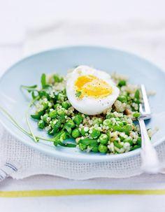 Recette Oeufs mollets, salade de quinoa et petits pois : Rincez le quinoa, faites-le cuire pendant 15 mn à l'eau bouillante salée et égouttez-le.Faites cuire...
