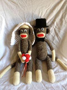 Gehäkeltes Sock Monkey Hochzeit Brautpaar mit Schleier, rot/weiß-Bouquet, schwarze Zylinder und Fliege