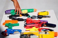 Toys'r'Us exige que sejam retiradas das estantes e do 'site' mais de 20 referências de armas. JouéClub continuará a expor os 'kits' do Oeste e da polícia
