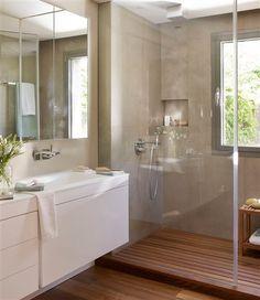 Baño con suelo de madera y hornacina en la ducha