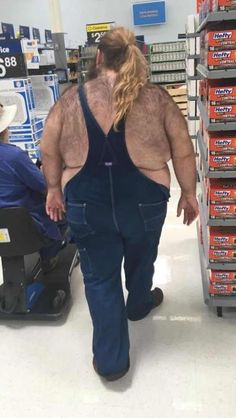 Walmart is one of America's largest big-box retailers. Here is the reason some people hate shopping at Walmart. Here are some weird photos of people Wierd People, Weird People At Walmart, Only At Walmart, Strange People, Nice People, Funny Walmart Pictures, Funny People Pictures, Walmart Photos, Walmart Funny