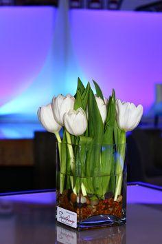 Centres de table avec tulipes blanches. Par Tapis Rouge gestion d'événements.