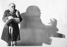 """DR. CALIGARI es un personaje extraído de la película alemana """"El gabinete del Dr. Caligari"""". En un primer momento Caligari es un feriante que se dedica a ir de pueblo en pueblo con su espectáculo, en el que muestra a Cesare, un sonámbulo que obedece sus órdenes y predice el futuro de los espectadores. A medida que avanza la película, se descubre que Caligari es el director de un psiquiátrico. Su especialidad es el sonambulismo y, a través de su sonámbulo, Cesare comete toda clase de…"""