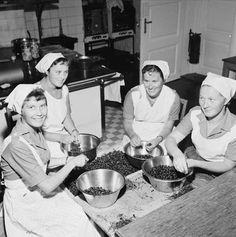 Stabekk husmorskole, interiør, kjøkken, kvinner4, rensking av bær