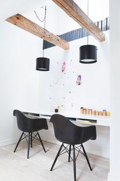 Coin bureau pour 2 - chaises Eames et suspensions noires #workplace for 2 #eames chairs