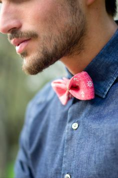 Pink bow tie with a denim shirt. Denim And Diamonds, Pink Bow Tie, Men Accesories, Outfit Grid, Well Dressed Men, Wedding Party Dresses, Simply Beautiful, Men Dress, Mens Fashion