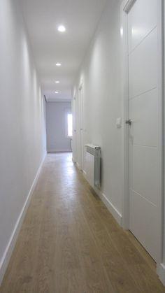El tratamiento y contraste de los paramentos, entre sí transmiten serenidad, limpieza y luminosidad a la vivienda.
