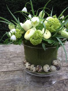 Careful spring - easter arrangement ~ bij BLOM #Paasbloemstuk