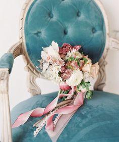 A melhor inspiração - Simplesmente Branco: os melhores fornecedores de casamento Boutonnieres, Blush Bouquet, Winter Wedding Colors, Minimalist Wedding Dresses, Blush Pink Weddings, Blue Weddings, Organic Modern, Green Wedding Shoes, Wedding Trends