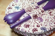 Sewing Crafts Elastic Reusable Bowl Covers Are So Handy - You will love these gorgeous Elastic Reusable Bowl Covers and they will keep your food protected. They look so pretty and we have a video tutorial. Easy Sewing Projects, Sewing Projects For Beginners, Sewing Hacks, Sewing Tutorials, Sewing Crafts, Sewing Tips, Sewing Ideas, Fabric Bowls, Leftover Fabric