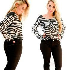 Bom dia, meninas!  Olha que luxo  está  Blusa de manga longa zebrada com detalhe  bordado  no ombro, ficou maravilhosa com esta calça  jeans  flare  preta com stretch e detalhe riscadinha estilo veludo Cotele. Disponível  em nossa loja virtual e física.  Compre  aqui:  WWW.SANTOLLO.COM.BR