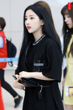Soyeon looks pretty with minimal make up💞💞 Kpop Girl Groups, Korean Girl Groups, Kpop Girls, Extended Play, Just Girl Things, Soyeon, Kpop Fashion, Airport Fashion, Mamamoo