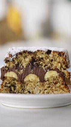 Nada melhor que um bolo de banana e chocolate fácil e delicioso. #LemonCakeWithBlueberriesRecipe Healthy Cake Recipes, Gourmet Recipes, Baking Recipes, Dessert Recipes, Banana Com Chocolate, Chocolate Cake, Delicious Chocolate, Banana Dessert, Food Cakes