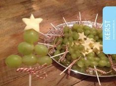 Christmas tree sticks with grapes and cheese MoodKids Christmas Dishes, Christmas Snacks, Xmas Food, Christmas Trees, Fruit Juice Recipes, Fruit Packaging, Fruit Party, Birthday Treats, Food Humor