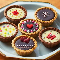 焼成済みのクッキータルト生地に生チョコを流しいれるだけのお手軽レシピ。デコレーションにこだわりたい方やたくさん作りたい方におすすめです。