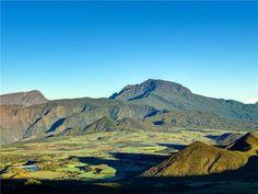 Le piton des Neiges, à la Réunion C'est en émergeant à la surface de l'océan Indien, il y a plusieurs millions d'années, que le volcan du piton des Neiges a donné naissance à l'île de la Réunion. Malgré son nom, ce sommet ne reçoit que très rarement des chutes de neige. Aujourd'hui endormi, le volcan n'est pourtant pas éteint
