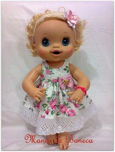 Lindo vestido em estampa floral e aplicação de bordado ingês na barra. Confeccionado em tricoline 100% algodão. R$ 26,00 Baby Alive Doll Clothes, Baby Alive Dolls, Baby Dolls, Muñeca Baby Alive, Shopkins, Baby Doll Strollers, Baby Vest, Miniature Crafts, Diy Doll