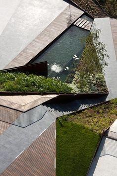 jardines triangulares o iguales a las formas en el edificio
