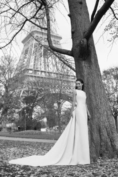Bonjour! Today we´re debuting the French blogger Madison Ramaget of 101 Things Girls Like as our newest edition to #PronoviasItBrides! Madison is our romantic bride, wearing Venia style near the iconic Eiffel Tower.