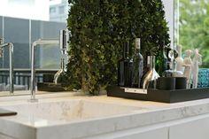 Bancada bar ganha vida com parede verde!