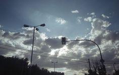 Τα σύννεφα και ο ουρανός της πόλης.