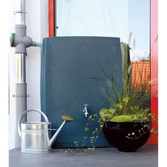 """Der 3P Technik Regenspeicher Noblesse in schönem Natursteindesign mit edler, bossierter Oberflächenstruktur und schwarzer Granitoptik hat ein Fassungsvolumen von 275 l. Für Dekorationszwecke können bei Abnahme des Deckels zwei Pflanzenkübel eingehängt werden. Der Regenspeicher fügt sich harmonisch in jede Umgebung ein. Die Wasserentnahme erfolgt über ein an der Vorderseite angebrachtes ¾"""" Gewinde für einen Wasserhahn."""