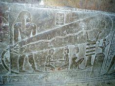 Lámparas de Dendera: Varios relieves de piedra esculpidos en los muros del templo de Hathor de Dendera, en Egipto. Algunos investigadores plantean la hipótesis de que los relieves representan el uso de la tecnología eléctrica en el Antiguo Egipto.