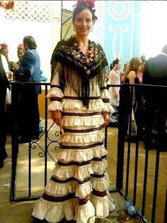 Con poca tela se puede hacer este vestido tan resultón!! Eso sí, es importante un buen mantoncillo!! Flamenco Dancers, Flamenco Dresses, Spanish Dancer, Elegant, Inspiration, Beautiful, 3, Fashion, Templates