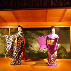 The maiko Ichiharu and the geiko Ayako dancing together.