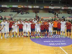 Las dos selecciones juntas.  @SeFutbol España-Grecia. Homenaje a Kike Boned. Ginés Rubio @grl48