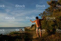 Homme en slip, danser sur la musique sur headhones à l'extérieur photo libre de droits