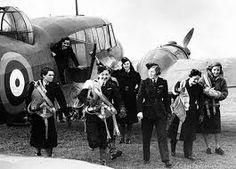 Dit is de ATA (Air Transport Auxiliary). Hier was Maddie piloot voor. Ze waren een soort taxipiloot. Ze moesten vliegtuigen die een reparatie nodig hadden transporteren naar garages en de gerepareerde vliegtuigen naar de luchtbasissen vliegen.
