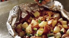 Grilled Smoky Cheddar Potatoes Packs turkey bacon chips and shallots Foil Pack Meals, Foil Dinners, Tater Tots, Think Food, Love Food, Cheddar Potatoes, Cheesy Potatoes, Potatoes Anna, Smoked Potatoes