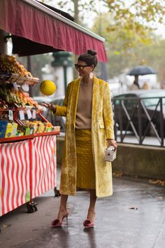 Photos of the best street style from Paris Fashion Week spring/summer featuring glittery boots and animal-print jackets. Cool Street Fashion, Street Chic, Look Fashion, Fashion Tips, Fashion Week Paris, Giovanna Battaglia, Love Her Style, Mellow Yellow, Foto E Video