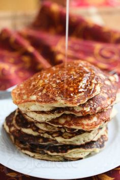 QUINOA ALMOND PANCAKES – loaded with all things good, these kick nutrient-void pancakes to the curb! #breakfast #healthy