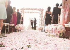 ロマンティックの極めつけ♡花びらで埋め尽くしたバージンロードが素敵すぎる!