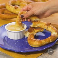 Best 12 Recipe of the Day: Soft Pretzels With holiday shopping on the horizon, you may soon find yourself surrounded by that intoxicating pretzel sent that wafts through shopping malls everywhere. It practically begs you to visit the food court for Homemade Soft Pretzels, Pretzels Recipe, Aunt Annies Pretzel Recipe, Soft Pretzel Recipes, Wetzel Pretzel Recipe, How To Make Pretzels, Baked Pretzels, Gluten Free Pretzels, Gastronomia