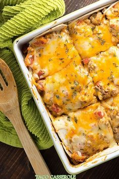 Who wants a heaping slice of this taco lasagna? This taco casserole recipe just uses a handful of ingredients and it& a huge hit with the family! This taco casserole makes Ww Recipes, Dinner Recipes, Cooking Recipes, Healthy Recipes, Recipies, Delicious Recipes, Toco Recipes, Tasty, Easy Mexican Food Recipes