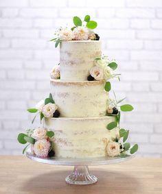 Minulý víkend som sa s touto svadobnou polonaháčkou rozlúčila s tohtoročnou svadobnou sezónou (jedine, že by ešte niekto nemal svoju tortičku na zimnú svadbu? 🤔😍) Uff, musím vám povedať, že to bola naozaj náročná sezóna a sama som prekvapená, že som to v zdraví zvládla 😅  Aj som chcela trošku vydýchnuť, ale už ma bombardujete správami za vianočné koláčiky či medovníčkové zmesky 😁 🔜Všetko bude priatelia, len ešte potrebujem čas na naplánovanie, tak prosím o trpezlivosť 🙏 Viac info už… Cake, Desserts, Pink, Food, Pastries, Dessert Ideas, Tailgate Desserts, Deserts, Kuchen