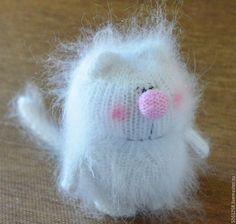 Прибавка: из одной петли вывязываем две, за заднюю и переднюю стенки. Убавка – две петли вместе лицевой. Вяжем тушку: голова + туловище. Котик вяжется снизу вверх.
