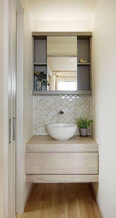 円形ボウルと木製カンター。 タイルをアクセントに可愛らしい設え。 造作家具 自然素材 タイル 新築 創業以来、神奈川県(秦野・西湘・湘南・藤沢・平塚・茅ヶ崎・鎌倉・逗子地区)を中心に40年、注文住宅で2,000棟の信頼と実績を誇ります  Wash Basin Counter, Wash Basin Cabinet, Wc Bathroom, Modern Bathroom Design, Washroom, Living Room Partition Design, Room Partition Designs, House Ceiling Design, House Design
