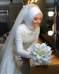 Hijab styles 613263674236470174 - Görüntünün olası içeriği: 1 kişi Source by sevincbuldur Muslim Wedding Gown, Wedding Hijab Styles, Muslimah Wedding, Muslim Wedding Dresses, Muslim Brides, Dream Wedding Dresses, Bridal Dresses, Wedding Bride, Muslim Girls