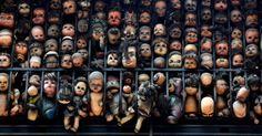 Bonecas são amontoadas em um gradil na varanda do artista e colecionador Etanis Gonzalez, em Caracas, Venezuela