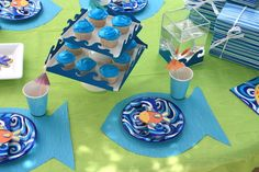 under the sea tablescape- Fish placemat, just make a fish template and trimmed out the shape. It's easy and fast, but makes a real impact to the table.